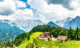 Vista na exploração agrícola nos cumes eslovenos pelo vale de Logar fotos de stock