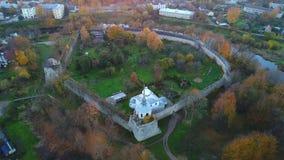 Vista na fortaleza antiga da cidade de Porkhov, noite de outubro Região de Pskov, vídeo da antena de Rússia video estoque
