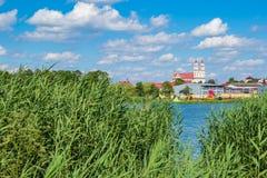 A vista na igreja Católica da trindade em Glubokoe do lago de trás, seja Imagem de Stock Royalty Free