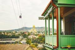 Vista na igreja de Sameba do trinity santamente da cidade velha de Tbilisi Arquitetura Georgian famosa do balcão imagens de stock