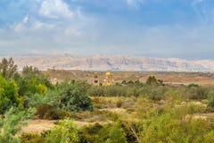 Vista na igreja de StJohn perto do local do batismo em Jordânia foto de stock