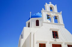 Vista na igreja em Santorini, ilha do Egeu grega Foto de Stock Royalty Free