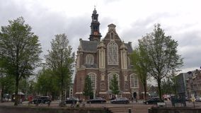 Vista na igreja ocidental velha Westerkerk, dia de setembro Amsterdão, Países Baixos vídeos de arquivo