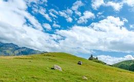Vista na igreja pequena nas montanhas com bonito Fotos de Stock Royalty Free