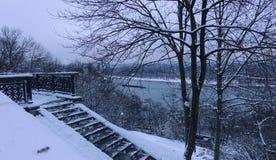 Vista na ilha de Dnieper e de Truhanov em Kiev em um dia de inverno foto de stock royalty free