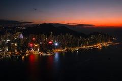 Vista na ilha de Hong Kong com luzes bonitas após o por do sol foto de stock