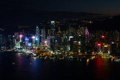 Vista na ilha de Hong Kong com luzes bonitas após o por do sol fotografia de stock