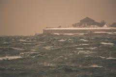 Vista na ilha de Munkholmen durante a tempestade e o blizzard foto de stock royalty free