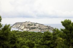 Vista na ilha de San Nicola da floresta dos pinhos na ilha do dominó de San, arquipélago de Tremiti Italy imagens de stock royalty free