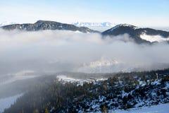 A vista na inclinação e na névoa em Jasna Low Tatras foto de stock royalty free