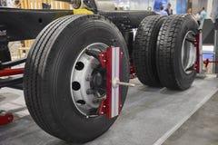 A vista na manutenção nova das rodas e do chassi do caminhão utiliza ferramentas o equipamento dos dispositivos Caminhão MOT do a fotografia de stock royalty free