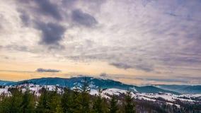 Vista na montanha do inverno do pôr do sol, timelapse vídeos de arquivo