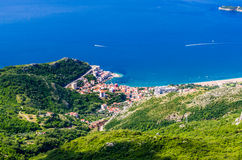 Vista na montanha, mar, Rafailovici em Montenegro Fotos de Stock