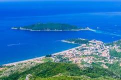 Vista na montanha, no mar, na ilha de Budva e de Sveti Nikola Foto de Stock