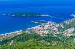 Vista na montanha, no mar, na ilha de Budva e de Sveti Nikola Fotografia de Stock Royalty Free