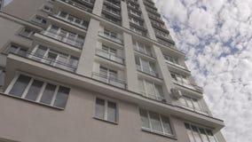 Vista na multi casa nova do andar com a reflexão do raio de sol nas janelas vídeos de arquivo