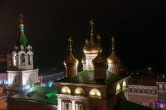 Vista na noite na igreja de St John a rua do batista e do Rozhdestvenskaya, Nizhny Novgorod, Rússia Foto de Stock