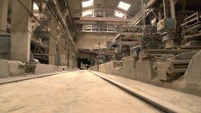 Vista na oficina vazia da fábrica velha do tijolo filme