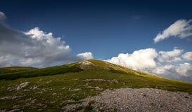 Vista na parte superior do pico de Waxriegel, em Schneeberg, perto de Klosterwappen, platô de Rax no por do sol com o céu azul cê fotos de stock