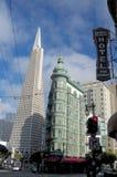 Vista na pir?mide e no Columbus Tower de Transamerica imagem de stock