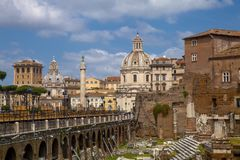 Vista na ponte e na praça Foro Traiano Imagem de Stock
