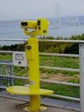 Vista na ponte turística japonesa amarela binocular e de Akashi Kaikyo foto de stock royalty free