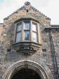 Vista na porta principal, no interior do castelo de Edimburgo fotos de stock royalty free