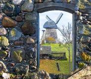 Vista na porta quebrada do moinho de vento calha medieval da construção velha Fotos de Stock Royalty Free