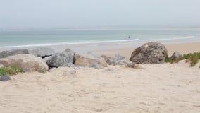 Vista na praia bonita em Peniche, Portugal filme