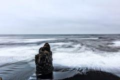 Vista na praia de Kirkjufjara, Islândia Fotos de Stock