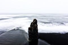 Vista na praia de Kirkjufjara, Islândia Fotografia de Stock Royalty Free