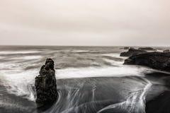 Vista na praia de Kirkjufjara, Islândia Imagens de Stock