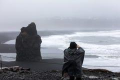 Vista na praia de Kirkjufjara, Islândia Fotografia de Stock