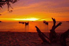 Vista na praia do nascer do sol no tempo do nascer do sol Imagens de Stock Royalty Free