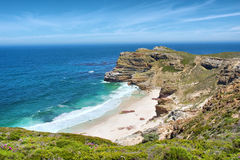 Vista na praia enevoada ao lado da montanha do cabo Foto de Stock Royalty Free