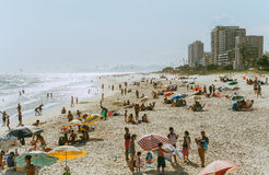 Vista na praia ensolarada brilhante do verão de Rio de janeiro Fotografia de Stock