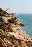 Vista na praia na costa de mar de Mediterranian Imagens de Stock