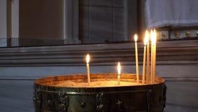 Vista na queimadura de muitas velas da igreja do ortodox video estoque