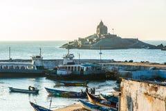 Vista na rocha de Vivekananda memorável e nos barcos de pesca Fotografia de Stock
