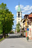 Vista na rua com árvores verdes, casas e a igreja cristã de todos os Saint Imagem de Stock Royalty Free