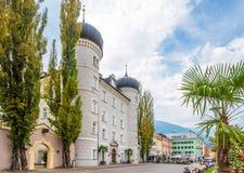 Vista na rua com castelo Liebburg da câmara municipal em Lienz - Áustria Foto de Stock Royalty Free