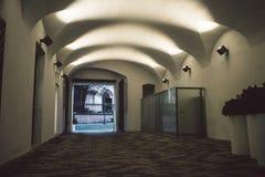 Vista na rua velha da cidade de Vilnius imagens de stock royalty free