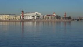 A vista na seta da ilha de Vasilievsky, dia de abril St Petersburg, Rússia video estoque