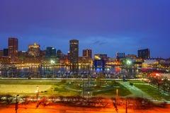 Vista na skyline de Baltimore e no porto interno do monte federal no crepúsculo foto de stock royalty free