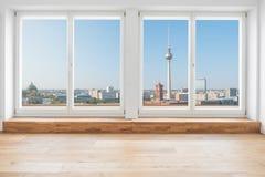 Vista na skyline de Berlim e na torre da tevê através da janela do terraço em m imagem de stock