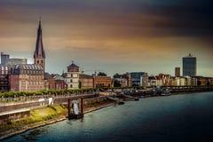 Vista na skyline Dusseldorf central do Rhine River, Dusselfdorf Alemanha da cidade imagens de stock royalty free