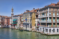 Vista na superfície de turquesa do canal grande em Veneza Imagens de Stock