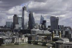 Vista na Tamisa e na cidade de Londres do tate moderno foto de stock