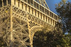 Vista na torre Eiffel, em nuvens escuras e em luz do sol, Paris fotografia de stock royalty free