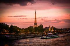 Vista na torre Eiffel na noite Fotos de Stock Royalty Free